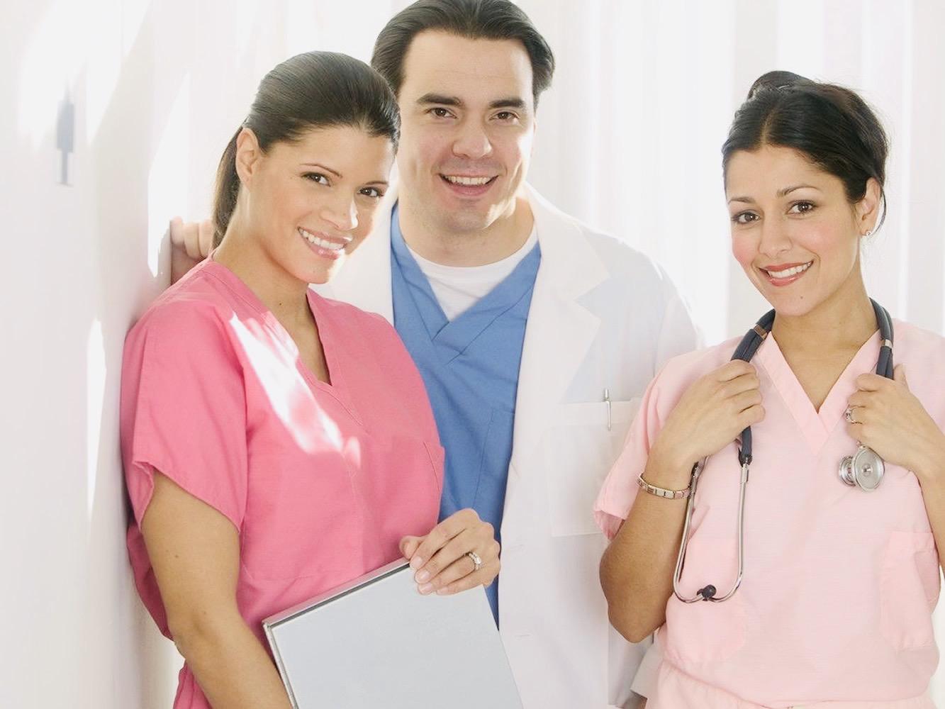 Fotografía de doctores y enfermeras parte de la red de seguros de gastos médicos mayores en Querétaro que ofrece Asegurando.mx